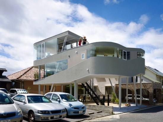 Уникальный дом на винтовых сваях в Японии