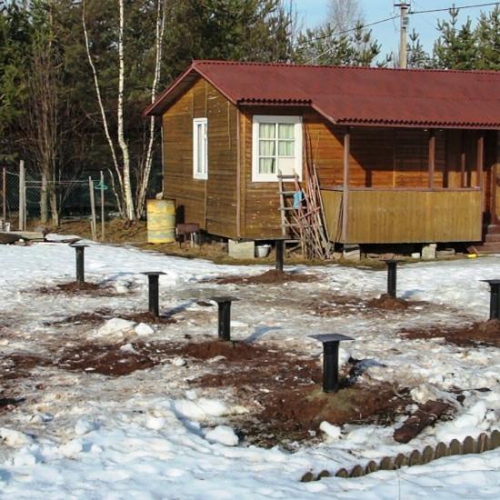 Недостаточное погружение винтовых свай в грунт приводит к разрушению постройки
